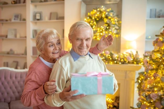 贈り物を交換する年配のカップル
