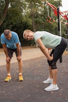 年配のカップルが一緒に屋外で運動