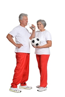 흰색 배경에 공과 엄지손가락으로 운동하는 수석 부부