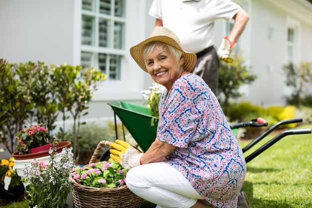 Старшая пара, садоводство вместе на заднем дворе