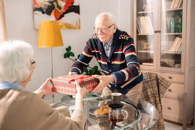 Пожилая пара дарит подарки