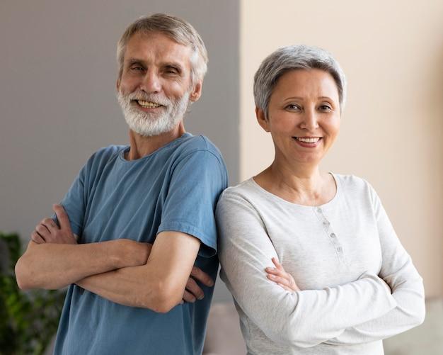 自宅で一緒にトレーニングして幸せな年配のカップル