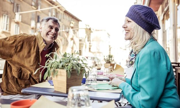 Пожилые супружеские пары, имеющие кофе в баре