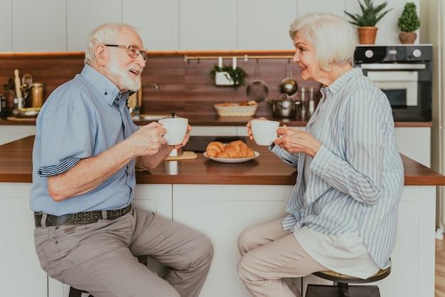 집에서 아침 식사를 하는 노부부 - 아침에 노인들의 일상
