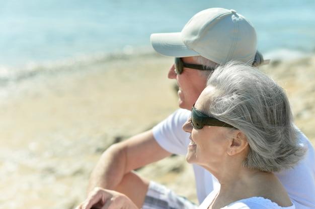 休暇中にリゾートで楽しんでいる年配のカップル