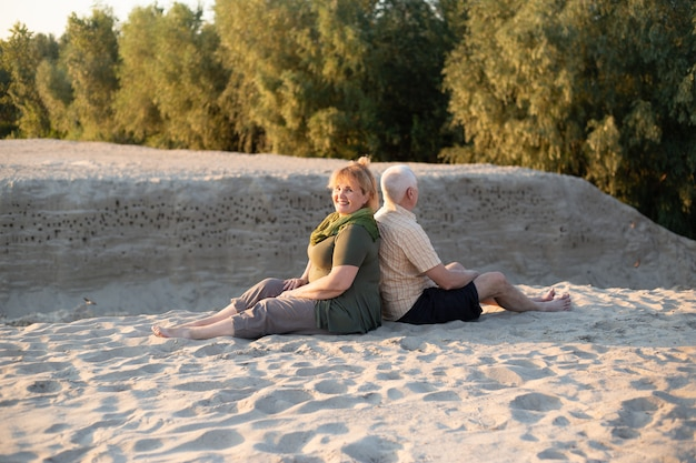 Пожилая пара весело в летней природе
