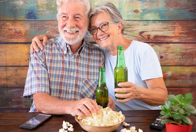 수석 몇 tv에서 축구 경기를보고, 맥주를 마시고, 팝콘을 먹는 재미. 나무 배경