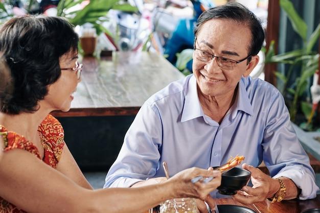 ロマンチックなディナーを持っている年配のカップル