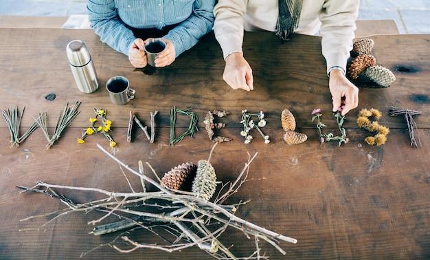 Пожилая пара держит кофейные чашки и произносит слово
