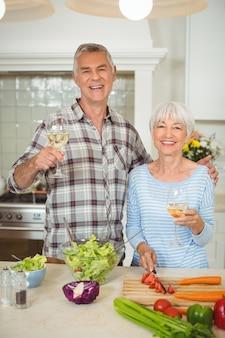 Пожилые супружеские пары, держа бокалы для вина