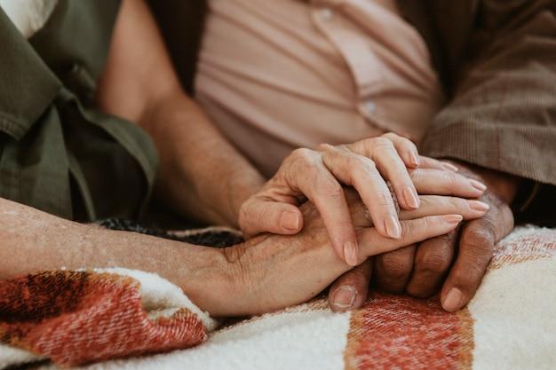 一緒に手をつないでいる年配のカップル