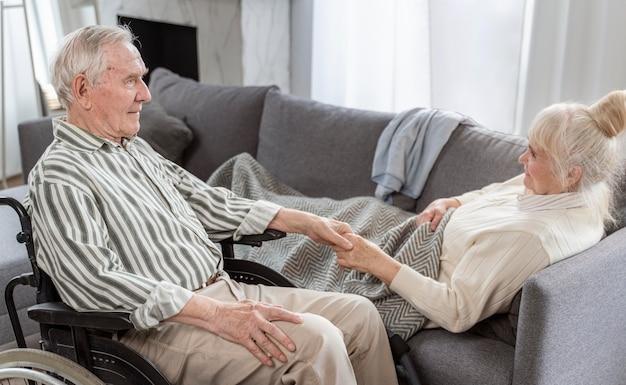 Старшая пара, взявшись за руки