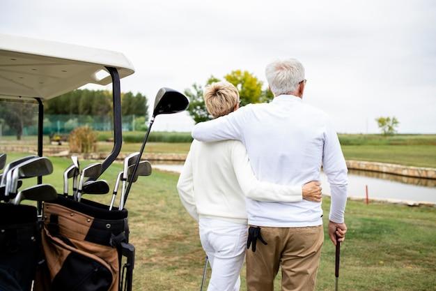 은퇴 후 골프를 치며 여가 시간을 즐기고 있는 노부부.