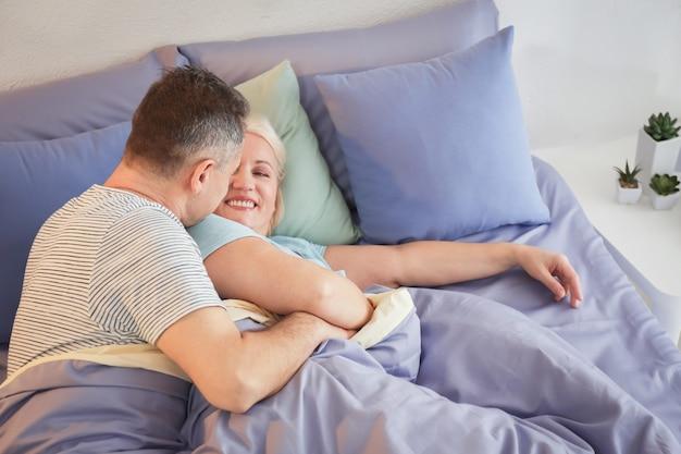 一緒にベッドでシニア カップル