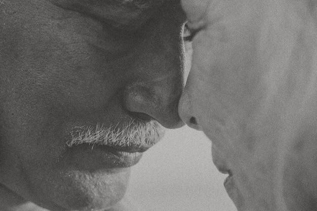 黒と白のトーンの年配のカップル