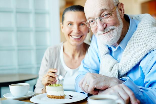 Пожилая пара в кафе