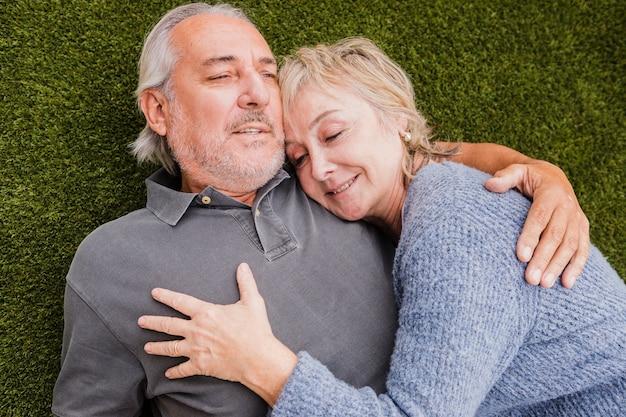 庭で恋に年配のカップル