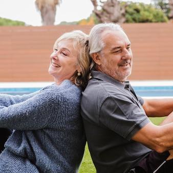 Пожилая пара в любви в саду