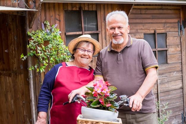 Старшие пары в любви отдыха на открытом воздухе вместе на велосипеде в винтажном стиле, улыбаясь и весело проводя время под солнцем отпуска. альтернативный способ остаться на пенсии, живя в деревне