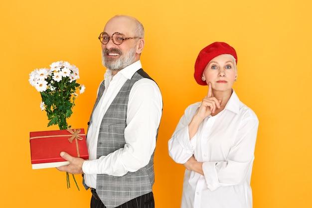 孤立したポーズの愛の年配のカップル