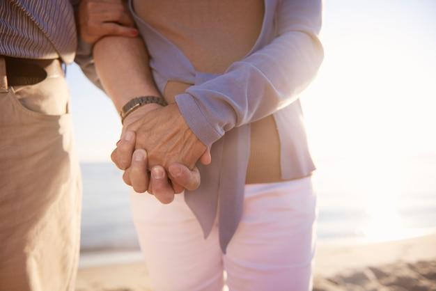 ビーチでの年配のカップル、退職と夏休みのコンセプト