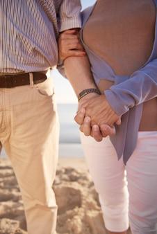 해변, 은퇴 및 여름 휴가 개념에서 수석 부부