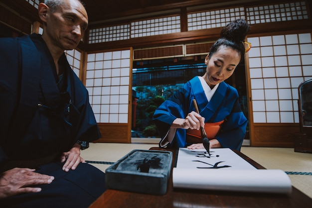 伝統的な日本の家で年配のカップルのライフスタイルの瞬間