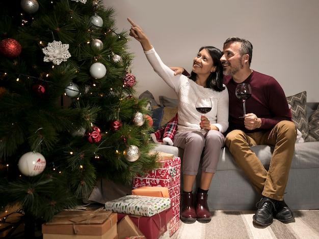 クリスマスツリーを見て年配のカップル