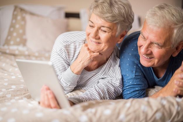 インターネットで何かを探している年配のカップル