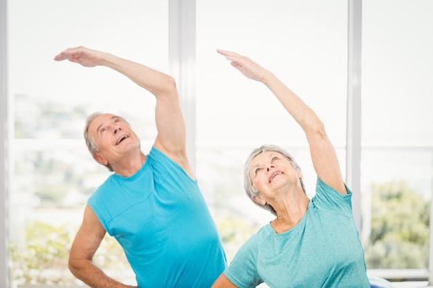 Пожилые супружеские пары, глядя вверх на дому