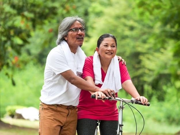 공원에서 자전거 수석 부부 연인