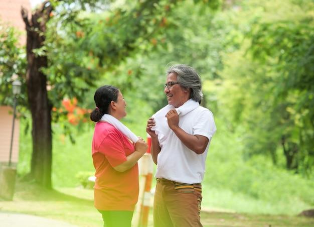 수석 몇 연인 공원에서 아침에 함께 운동. 건강 관리 개념입니다.