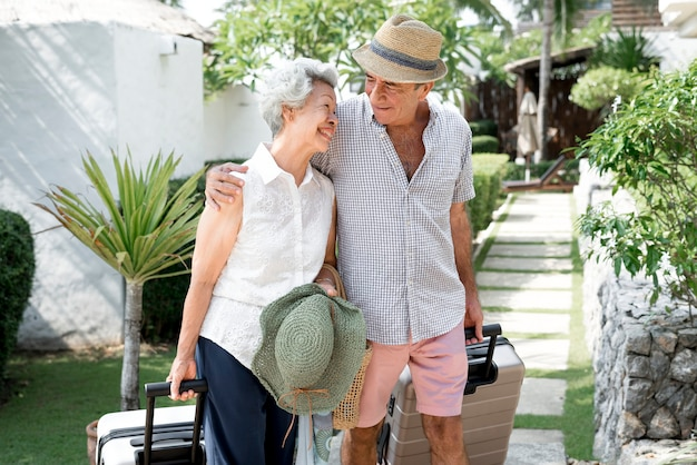 休暇中の年配のカップル