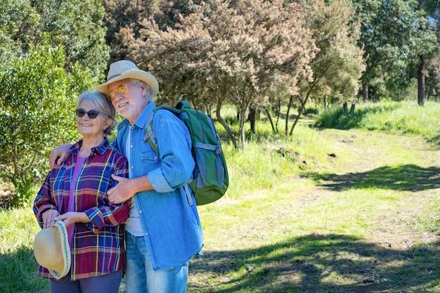 숲에서 야외에서 수석 몇 산책, 웃 고. 건강한 라이프스타일과 자연을 사랑하는 마음