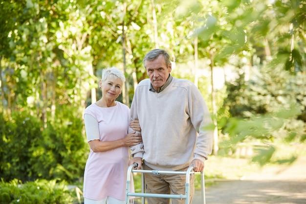 Пожилая пара позирует в центре восстановления