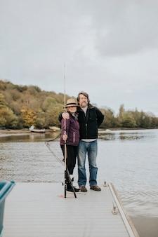 Старшая пара позирует во время рыбалки