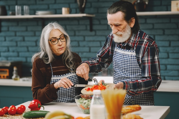 キッチンで食事を準備する年配のカップル
