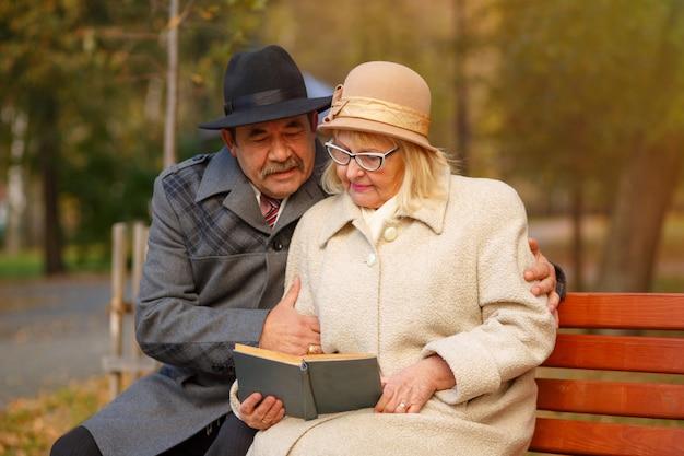 年配のカップルが一緒に本を読んで