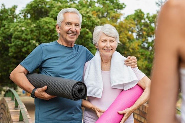 ヨガの準備ができている年配のカップル