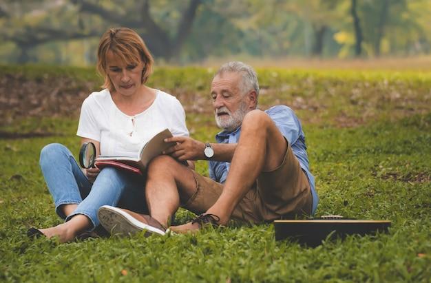 年配のカップルは公園でライフスタイルをリラックス