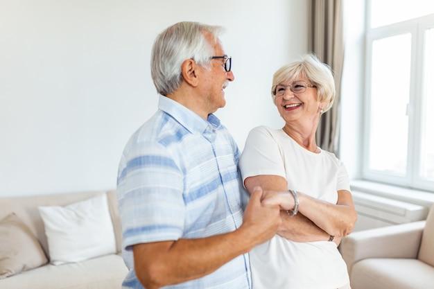 Старшая пара, расслабляющаяся дома