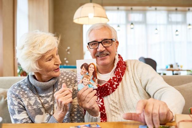 年配のカップルがクリスマスに家族を思い出させる