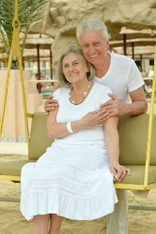 Старшая пара отдыхает на курорте во время отпуска