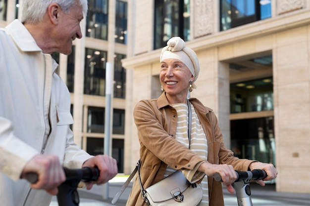 Старшая пара на электросамокате в городе