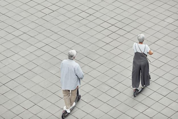 Старшая пара, езда на скутерах графика