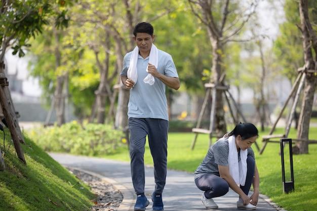 シニアカップルランニング、夏の朝の自然環境で屋外ジョギング成熟した