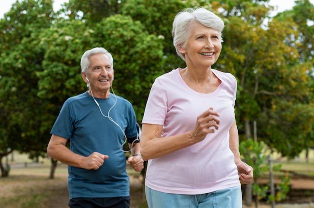 屋外を実行している年配のカップル