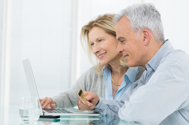 年配のカップルのオンラインショッピング