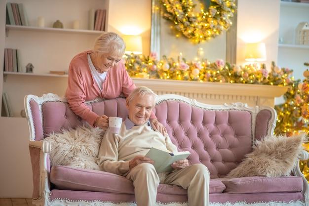 ソファに座っている年配のカップル