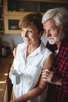 台所に立っている年配のカップル